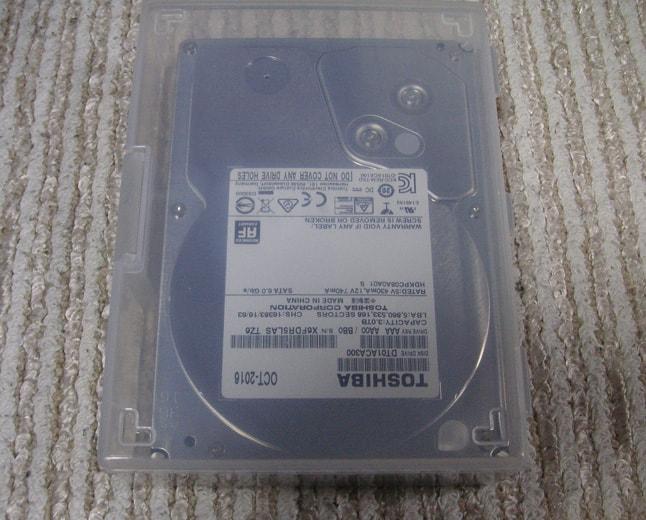 裸のハードディスクを100均のケースに収納した画像