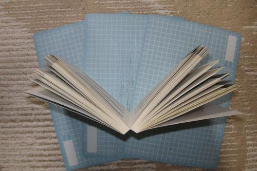 本を真ん中で開く画像