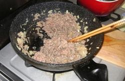 玉ねぎと肉を炒める Fry the onion and meat