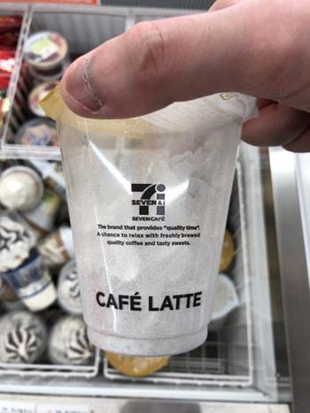 アイスコーヒーのカップに氷