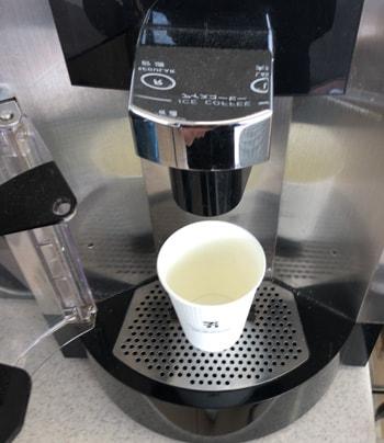 ホットコーヒーのカップをセット
