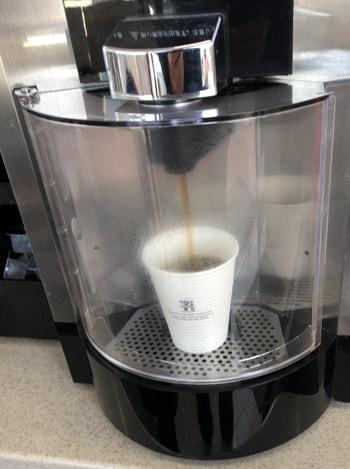 ホットコーヒーが注がれる