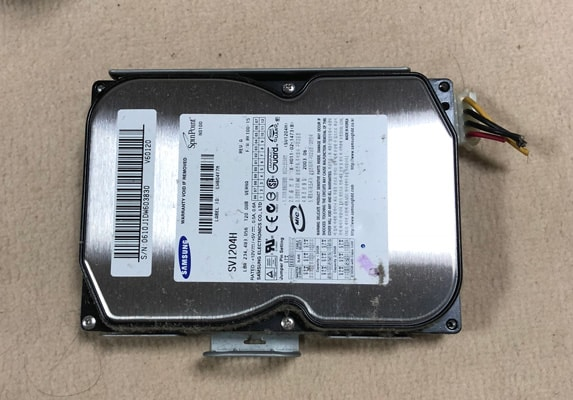 取り出した内蔵ハードディスク